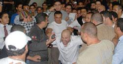 اثناء عرض و مشاهدة فيلم نور عيني حراس تامر حسني هجموا الجمهور