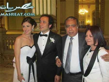 صورة زفاف عمرو حمزاوي وبسمة برفقة معارف