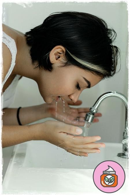 ازالة المكياج وغسل الوجه بعناية