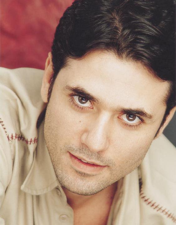 أحمد عز- بدأ مشواره الفني كموديل للإعلانات وعروض الأزياء واقتحم عالم السينما