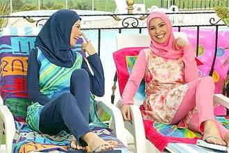 بنات مصريات حول مسبح
