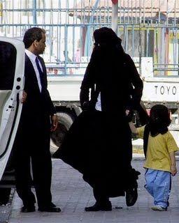منقبة مصرية تخلصت من طفل السفاح في الأتوبيس