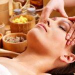Massaggio viso e olio essenziale. Combinazione di oli essenziali per massaggiare il viso