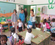 Los escolares de Los Geranios reciben a los del Mercedes Medina con los brazos abiertos en el primer día del curso
