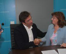 La directora del Instituto de Geociencias, Rosario Lunar, cede su colección de minerales, rocas y mineralizaciones a Lanzarote