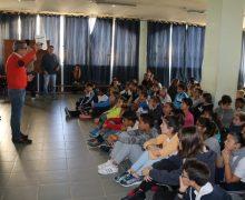Alumnos del CEIP Playa Blanca que participaron en el documental sobre Víctor Fernández Gopar visionan el 'making of'