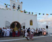 San Antonio salió en procesión por la Avenida de Tías y puso 'su mirada' en su antigua ermita