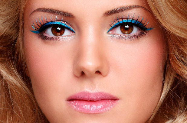 Blue makeup on a light skin color and brown eyes