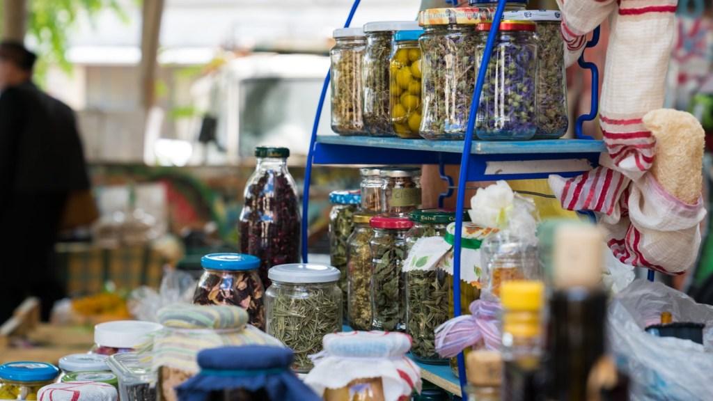 Spezie e conserve al mercato equo
