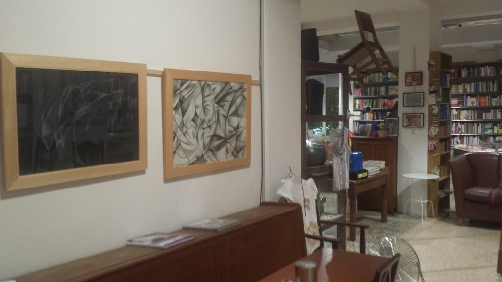 Un particolare su due disegni dell'artista. Sullo sfondo la Libreria Tarantola