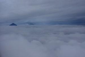 グアテマラ 雲に浮かぶ山 火山