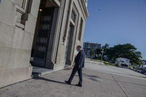 Llegando… El ministro de trabajo Pablo Mieres (PI) ingresa por la puerta lateral de Av. De las Leyes. - Foto: Pati Acosta