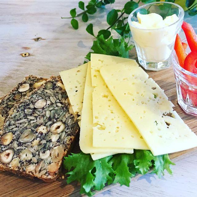 Får vi presentera LCHF brickan. LCHF bröd gjort på nötter, frön och ägg. Smör, ost och grönsaker till det. #lchfbröd #materiamajorna