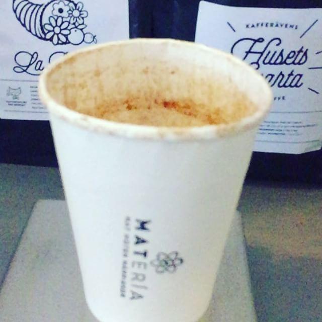 Det är många saker som ska göras rätt för att vårt bryggkaffe ska bli perfekt. Bland annat vattnets temperatur och hur många gram bönor vi maler i proportion till hur mycket vatten vi använder. Så veckans tävling på vår Popup är enkel: kom in till oss på Järntorget och gissa hur många gram bönor vi använder när vi brygger 2 liter kaffe! Det räcker med att gissa för att vinna en bryggkaffe, om du dessutom gissar rätt vinner du en 350 grams påse med kaffebönor från Kafferostare @pernordby, värde 175:---Tävlingen pågår till och med nästa onsdag, den andre augusti.