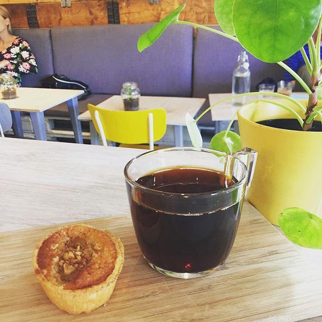 Nybakad äpplemazarin med hasselnötter & kanel tillsammans med en kopp Kopakaki från Rwanda. En perfekt match