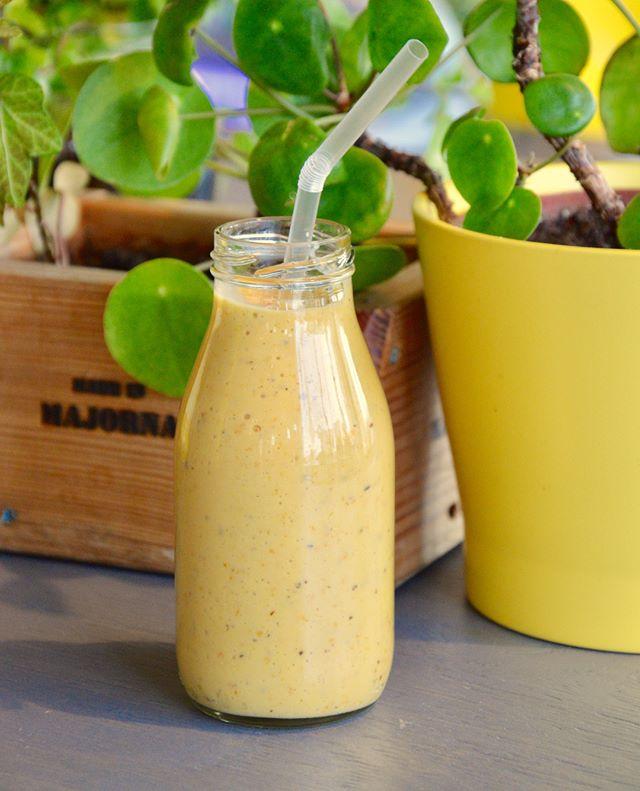 Havtornssmoothiehavtorn, mango, banan, gurkmeja, honung och havremjölk mixat i en glasflaska. Mixad in the house såklart #materiamajorna #havtornssmoothie #härgjort