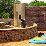 Construção de casas na África com garrafas de plástico usadas