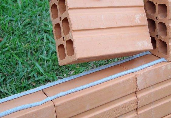 Cola para tijolos em obras secas