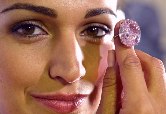Anel com diamante rosa de 60 k