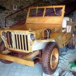 Réplica de Jeep Willys militar da Segunda Guerra todo de madeira