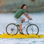 A bike catamarã Baycycle para pedalar sobre as águas do mar