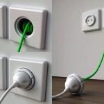 Fio de extensão elétrica retrátil embutida em caixa de tomada na parede