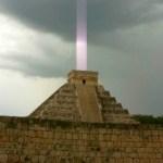 Pirâmides estão emitindo raios de luz em direção ao espaço
