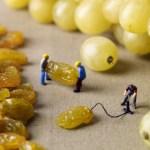 Miniaturas de atividades humanas em cenários feitos com alimentos