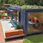 Container velho reciclado como casa com varanda e jardim no teto