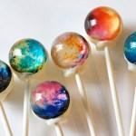 Pirulitos-bola com doces nebulosas e planetas do sistema solar