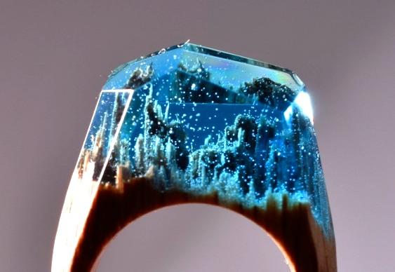 Joia de madeira com resina cristal