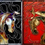 Painéis de metal para paredes lembram vitrais com cavalos