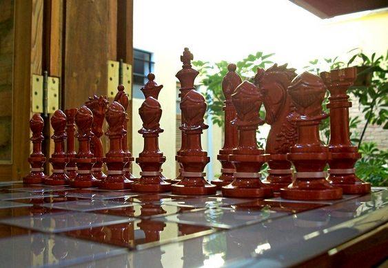 Peças de xadrez em tons de pérola