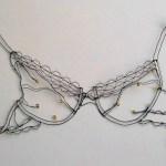 Delicadas roupas íntimas femininas desenhadas com fios de arame