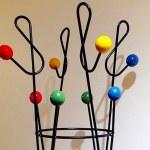 Cabideiro com varetas de metal e bolas coloridas