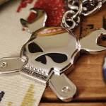 Chaveiro de motociclista com caveira e chaves de boca cruzadas