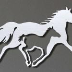 Cavalos em painel de metal para decoração de haras e fazendas