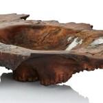 Tigela de madeira com frestas e buracos preenchidos com metal