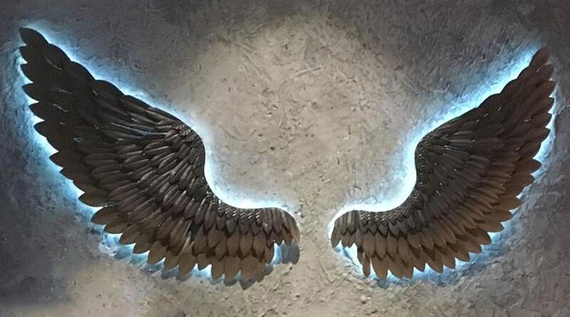 Painel com penas de metal