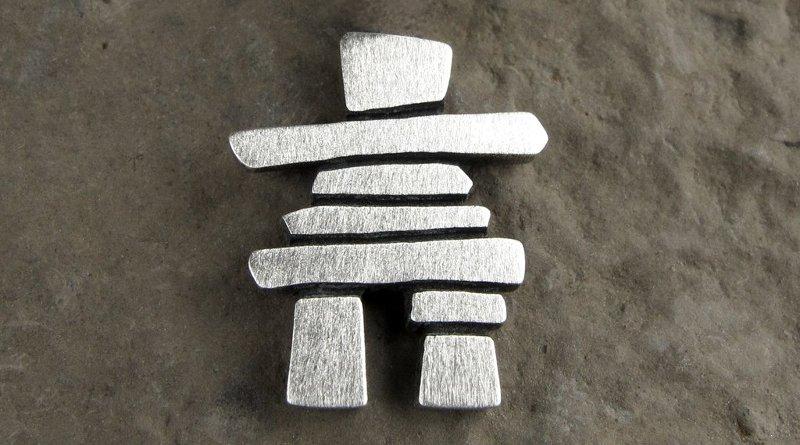 Escultura de alumínio escovado
