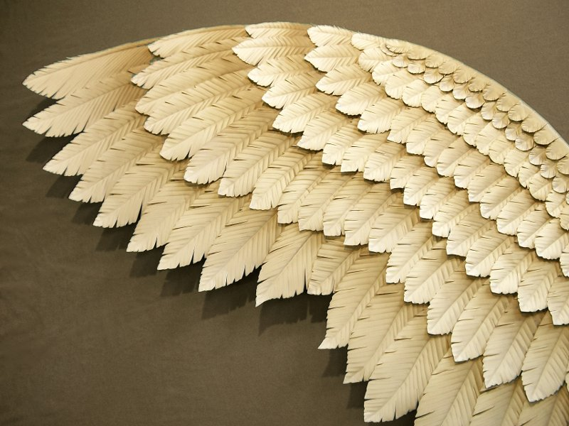 Escultura metálica de asa de anjo