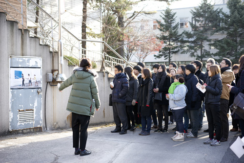 : Site tour lead by the Social Museum staff, accompanied by the curator of each fictive museums and observers from Seoul City Hall. Image courtesy: Takeout Drawing & Museum.