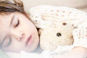 criança de 3 anos luta para dormir
