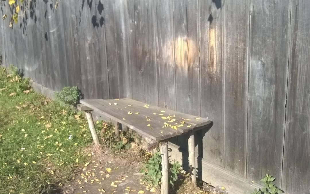 Hátunk nyoma padunk mögötti kerítésen megmarad…