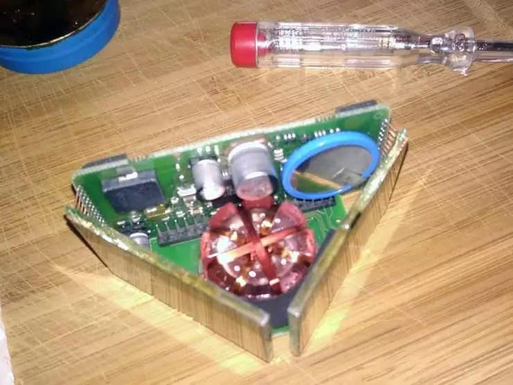 Der Tacktick Micro compass geöffnet mit alter defekter Akku/Batterie