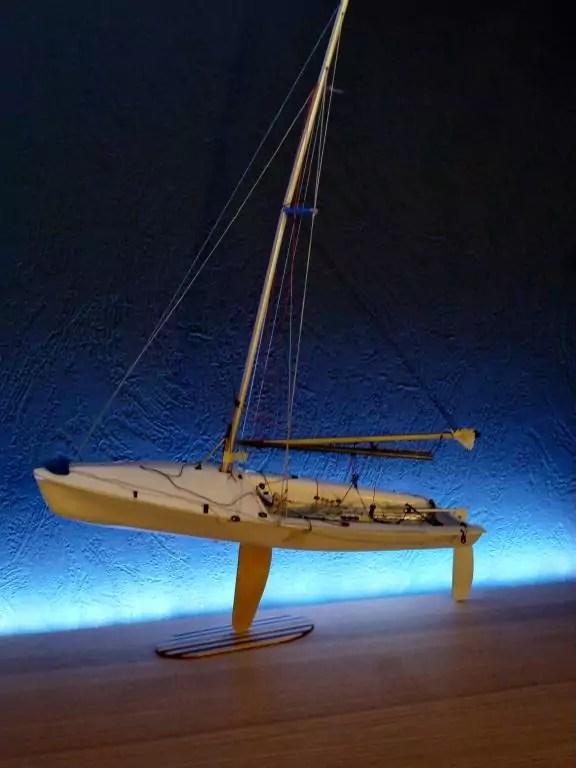 505er Standmodell vor blauer Wand
