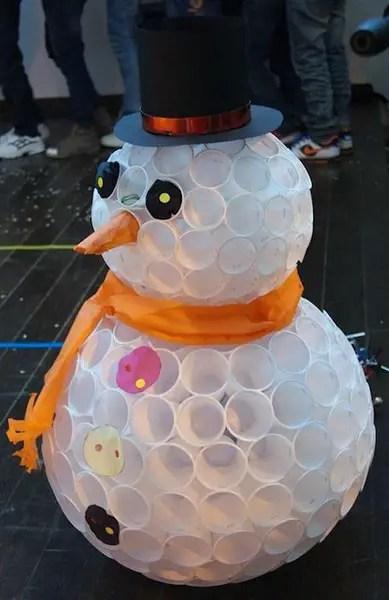 Χιονάνθρωπος από πλαστικά ποτηράκια