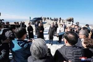 Le Dirigeant Suprême KIM JONG UN est monté au sommet du Mont Paektu-san avec le Président MOON Jae-In