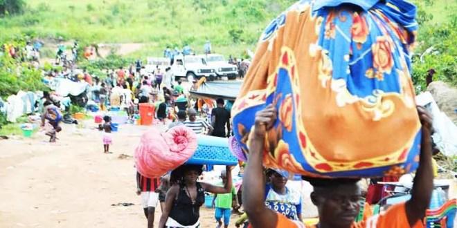 Des ressortissants congolais traversent la frontière entre l'Angola et la RDC au niveau de la ville de Kamako, le 12 octobre 2018