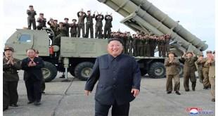 KIM JONG UN dirige le tir d'essai d'un lance-engins ultra-grand